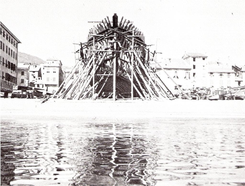 Fotografia di fine XIX secolo sulla costruzione di uno scafo presso il cantiere navale Baglietto sulla spiaggia di Varazze (Savona)