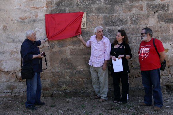 Salvo Vitale e Pino Dicevi scoprono una lapide lignea affissa nel casolare in cui venne ucciso Peppino Impastato