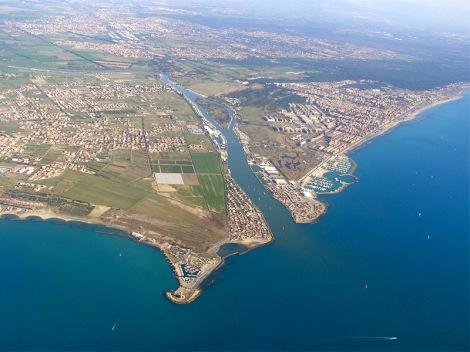 La foce del Tevere, il porto turistico, Ostia e alle spalle la Capitale