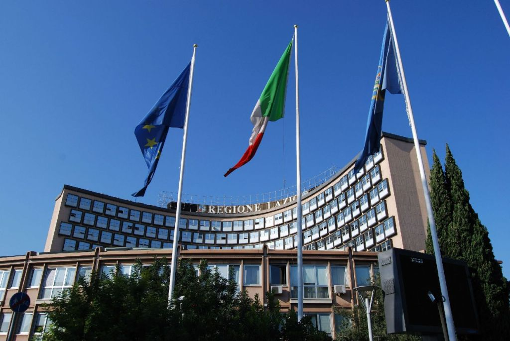 regione_lazio_palazzo_bandiere.gif